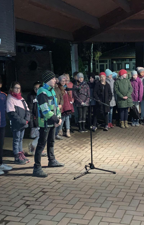 Kinder singen bei der Aktion lebendiger Adventskalender