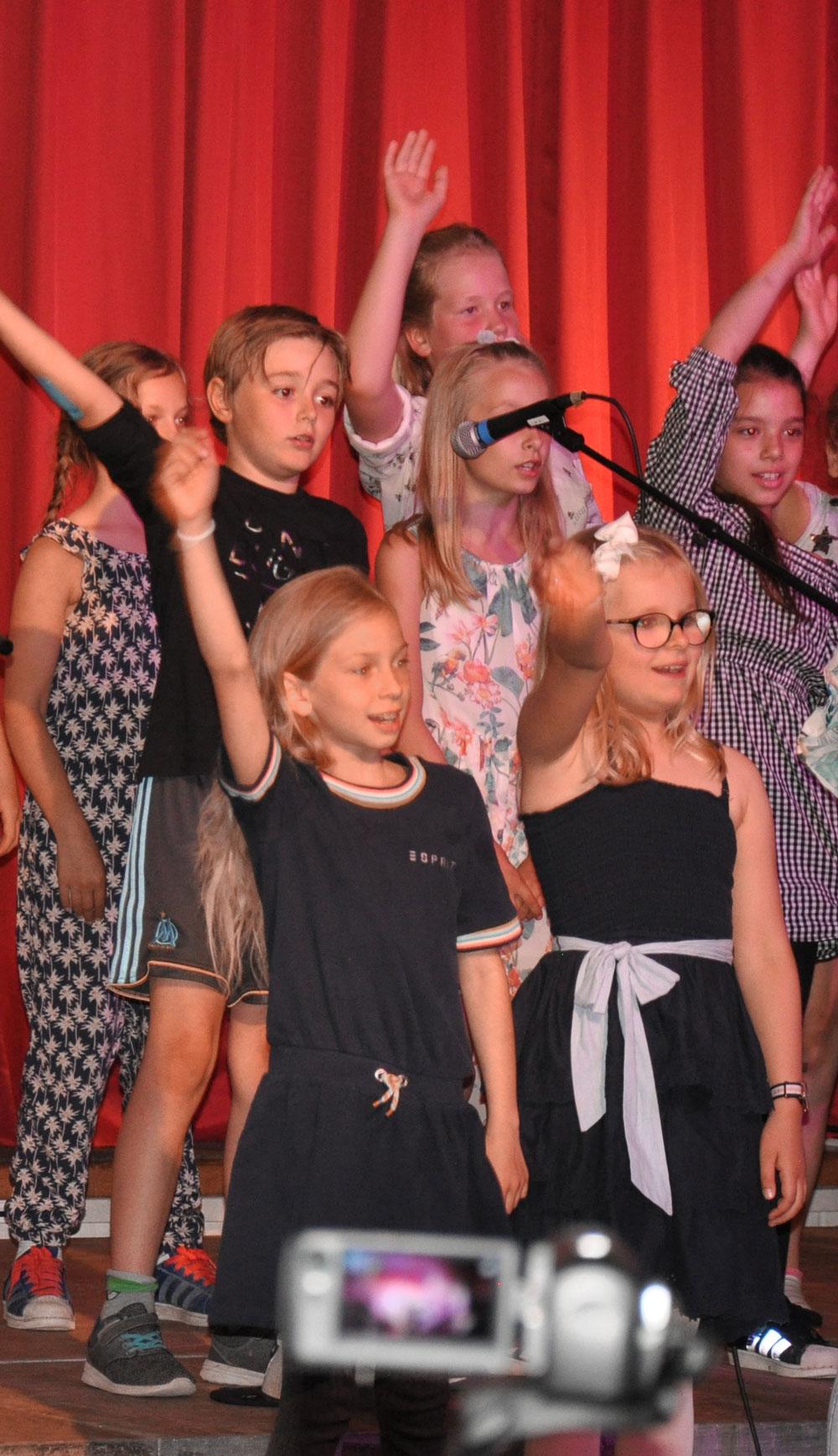 Kinder singen beim Schulkonzert