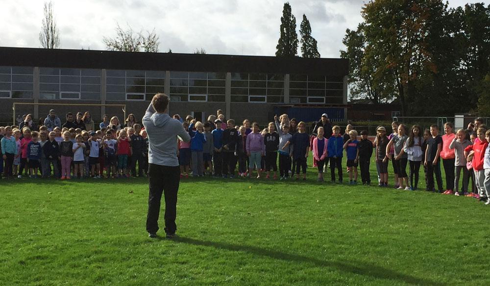 Die Schüler und Schülerinnen sammeln sich am Lauftag