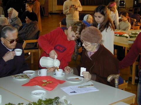 Kinder und Senioren bei Kaffee, Tee und Kuchen