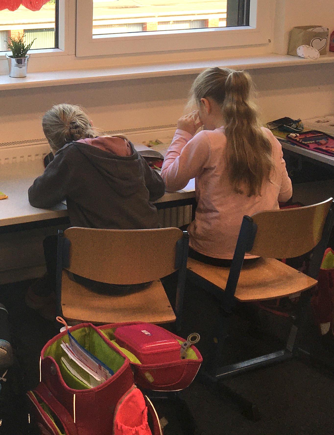 Kinder sitzen im Unterricht