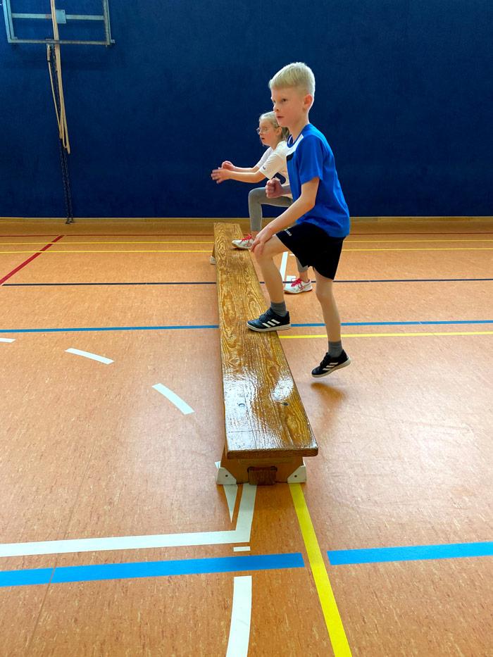 Kinder machen Sport in der Sporthalle