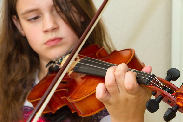 Kind spielt Geige