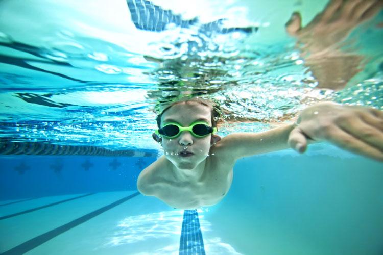 Kind beim Schwimmen